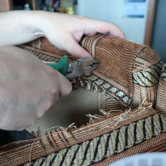 מדהים איך מרפדים סלון שנקרע? • המקצוענים KU-07