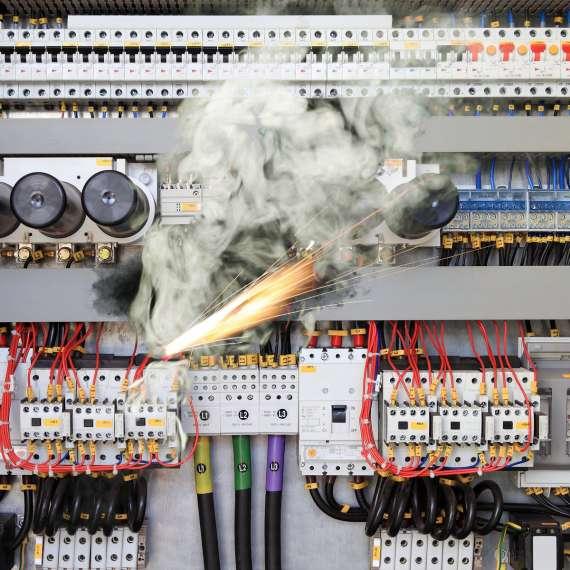 איך מאתרים קצר חשמלי בבית?